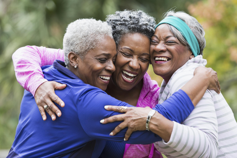 groupe de femme âgée riant et embrassant