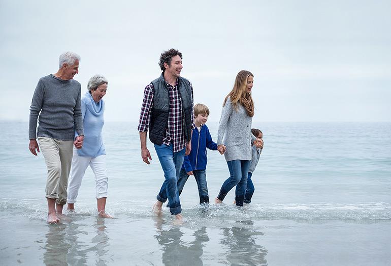 Famille marchant le long de la plage
