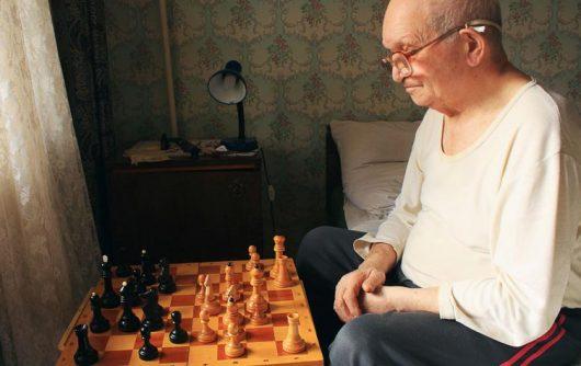 Vieillir seul : Comment les aînés esseulés peuvent se préparer à l'avenir