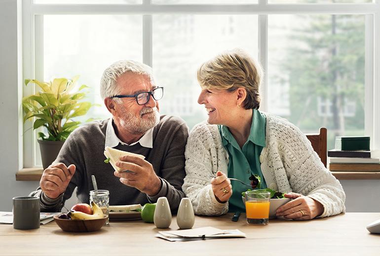 couple de personnes âgées en train de déjeuner