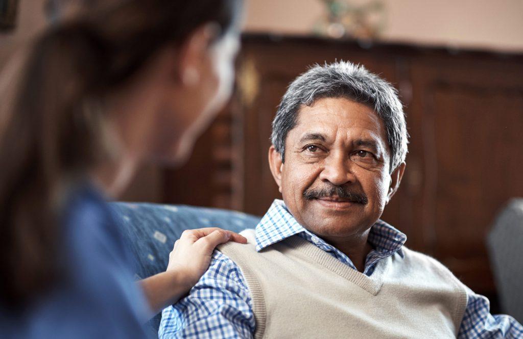 soignant ayant une conversation avec un homme âgé