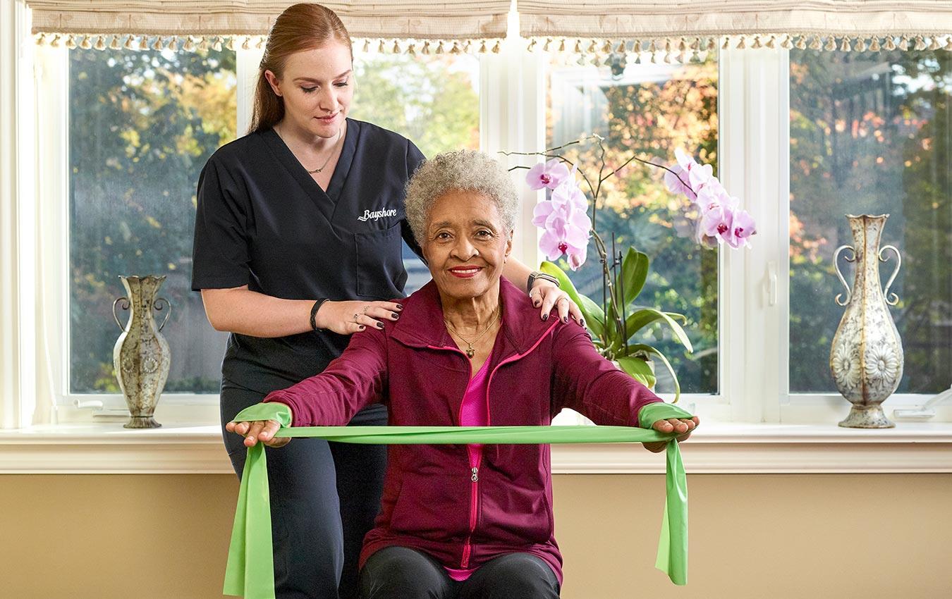 soignant et femme âgée faisant de la physiothérapie