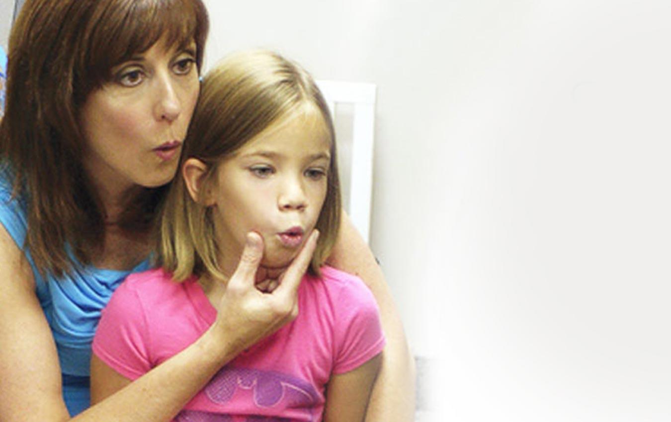 femme et fille travaillant sur l'orthophonie