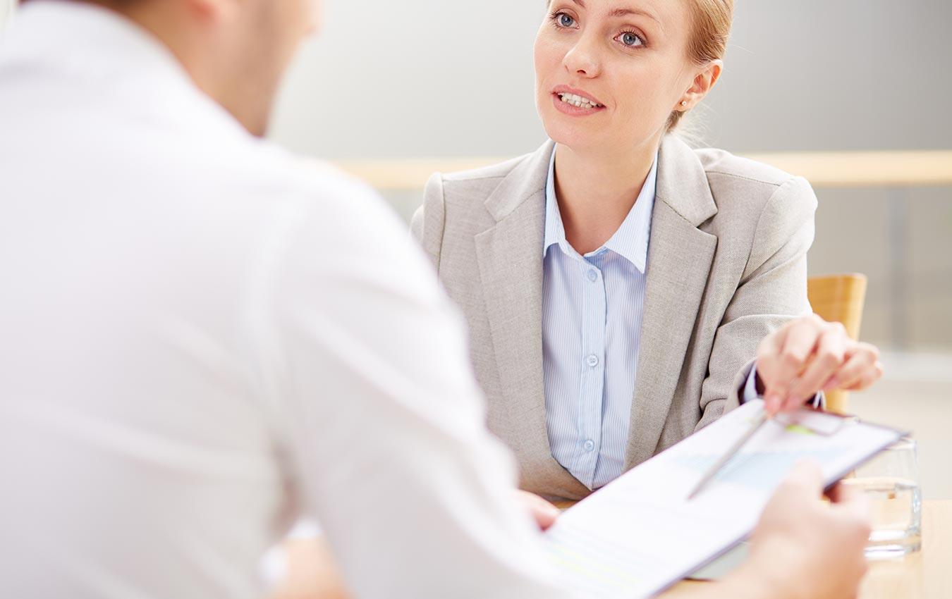 femme professionnelle pointant vers des documents