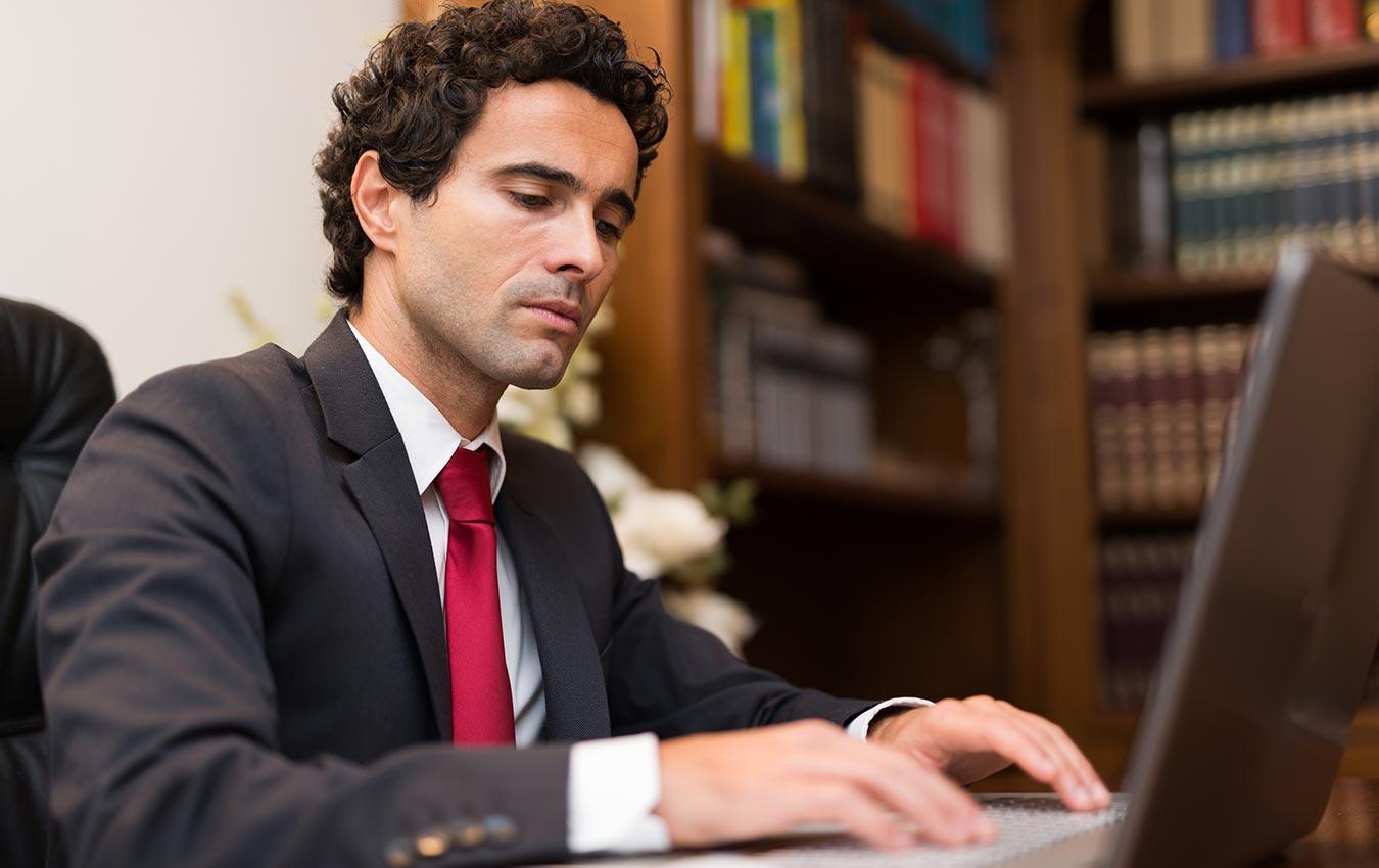 homme professionnel travaillant sur ordinateur portable au bureau