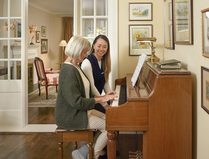 femme aînée, jouer piano, à, soignant