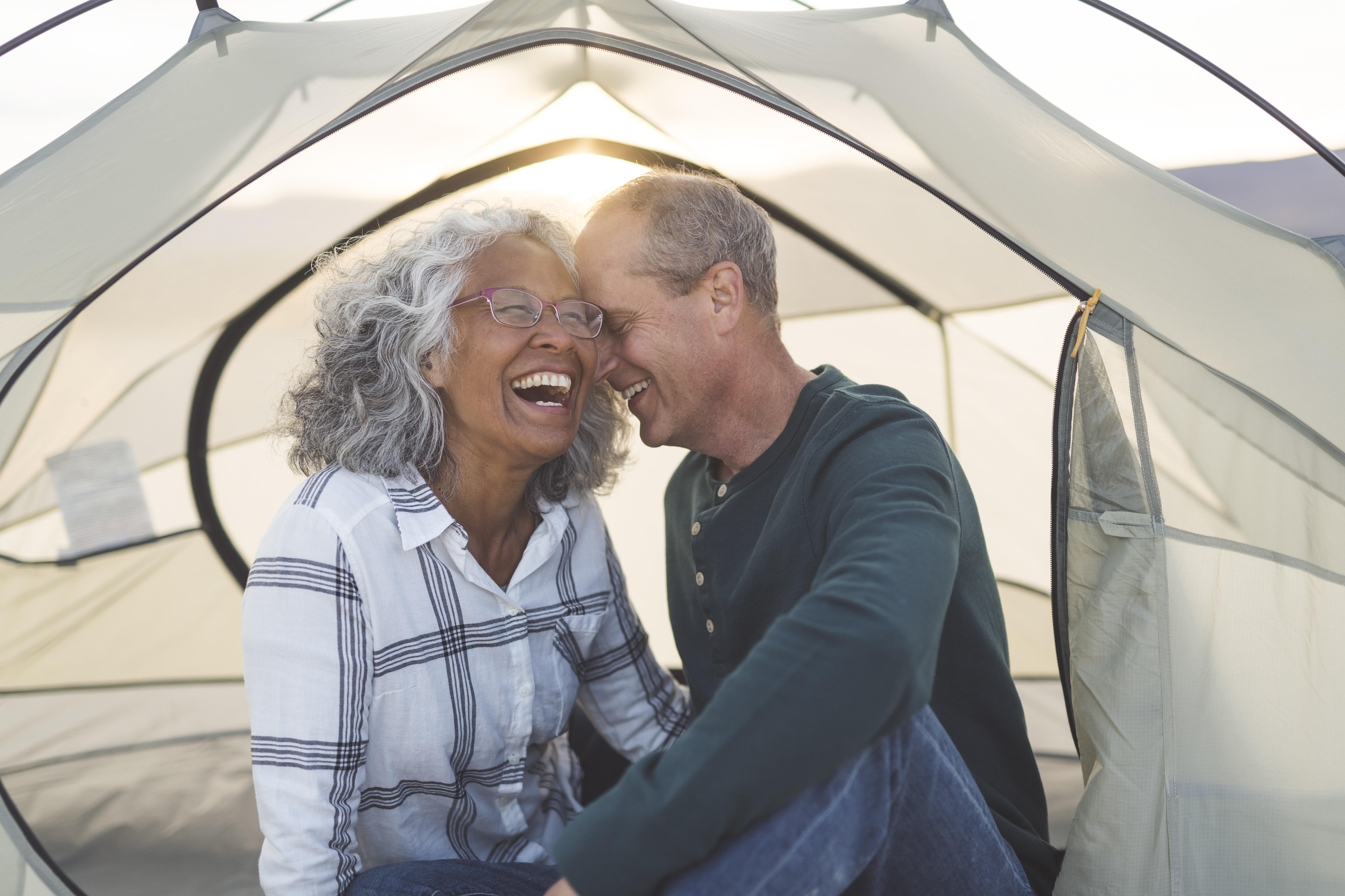 couples aînés, rire, dans, tente