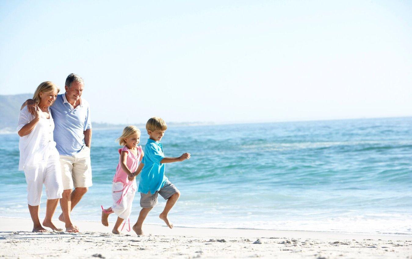 grands-parents et enfants à la plage