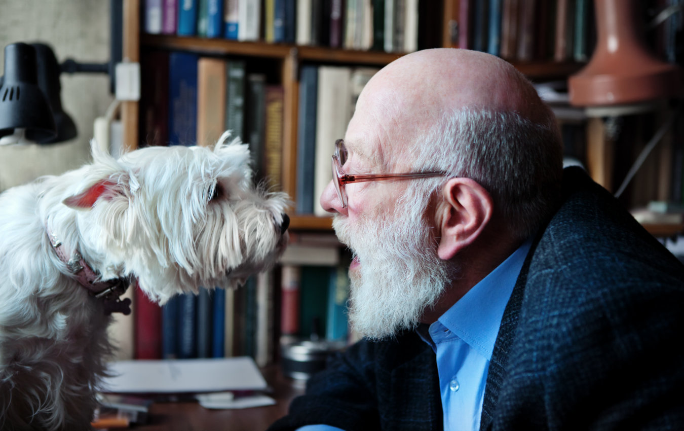 homme aîné, parler, chien