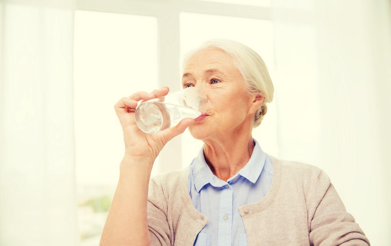 femme âgée, boire, verre eau