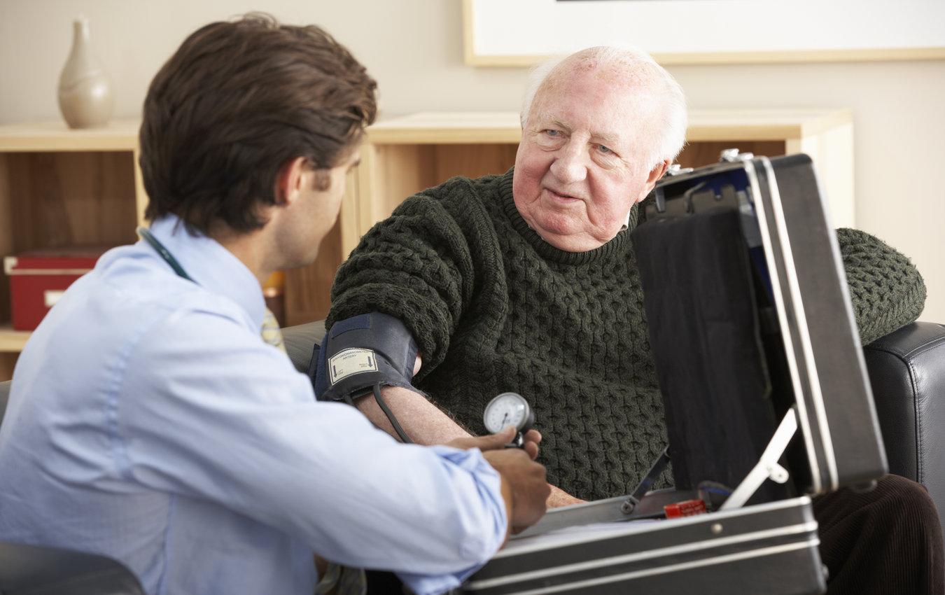 médecin prenant la tension artérielle d'un homme âgé