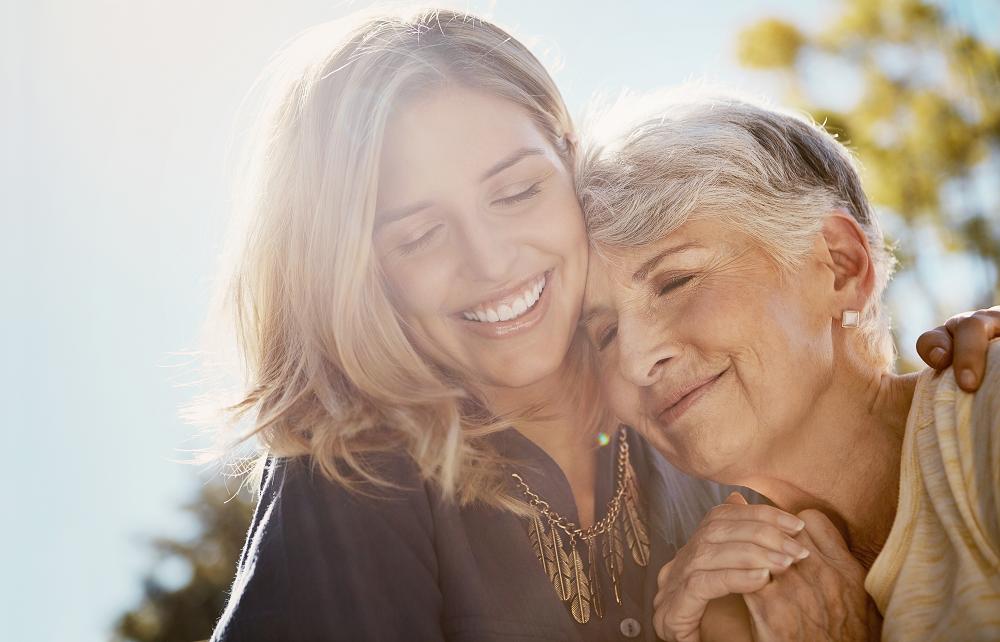 jeunes femmes embrassant grand-mère