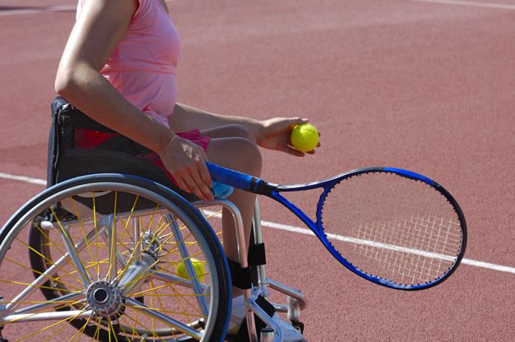 femme en fauteuil roulant jouant au tennis