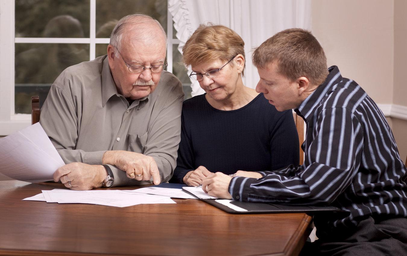 Conseiller financier avec couple de personnes âgées