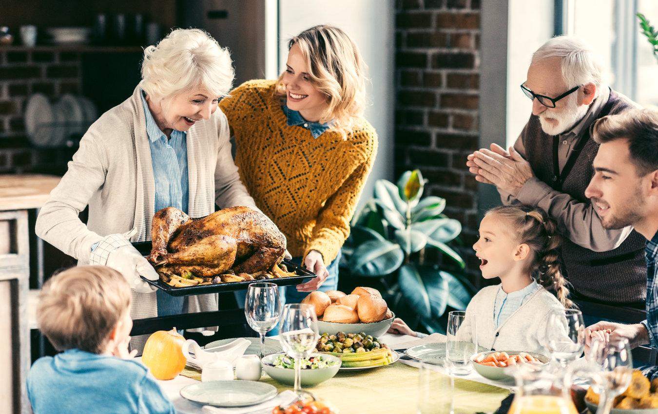 family enjoying thanksgiving dinner with grandparents