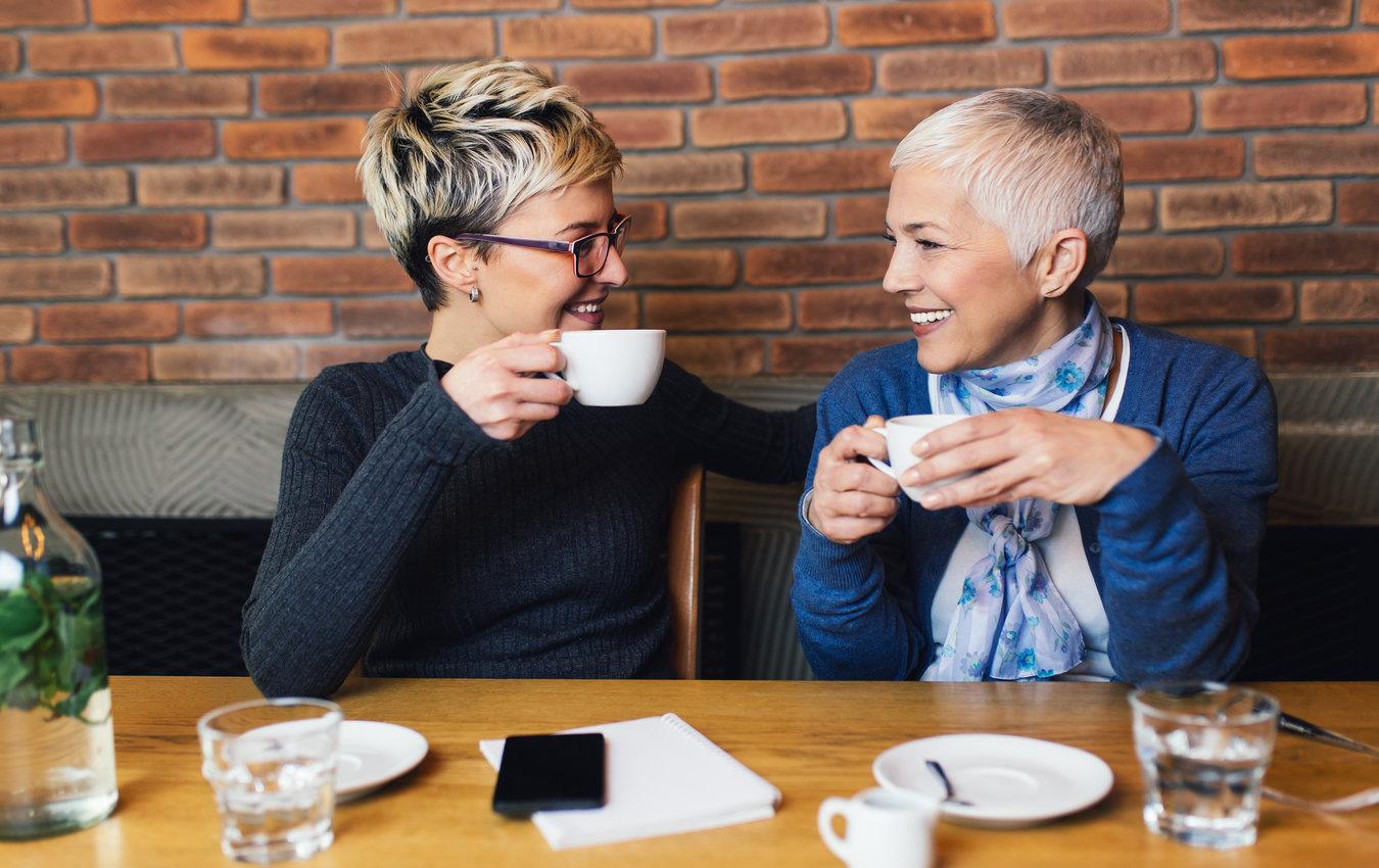 deux femmes, dans, café, sourire