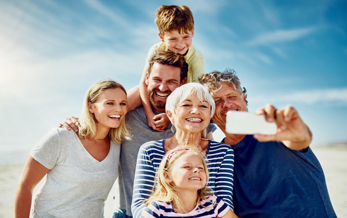 famille prenant selfie à la plage
