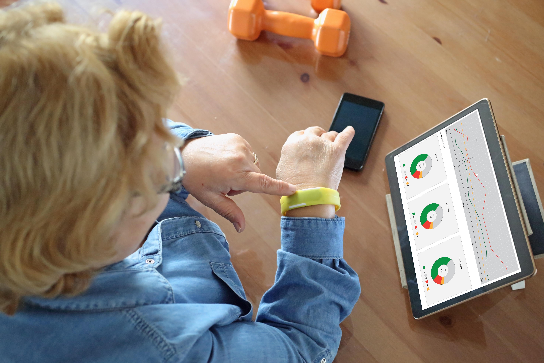 femme âgée utilisant la technologie de la santé pour vérifier les signes vitaux