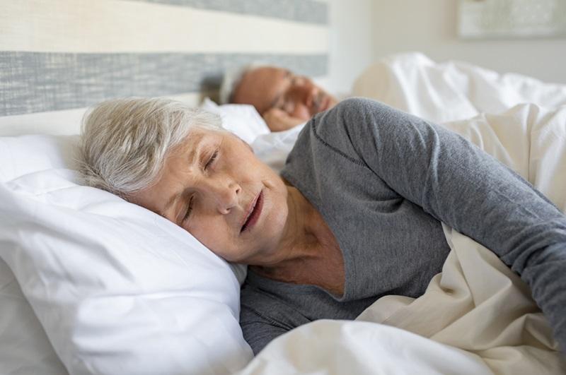 couple de personnes âgées dormant dans son lit
