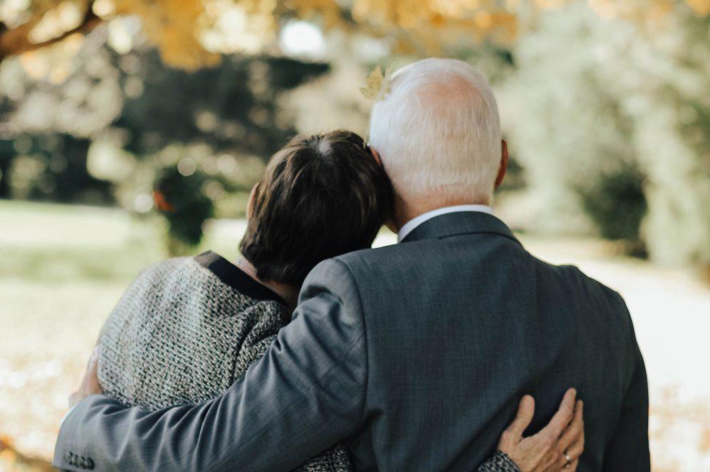 couple de personnes âgées s'embrassant