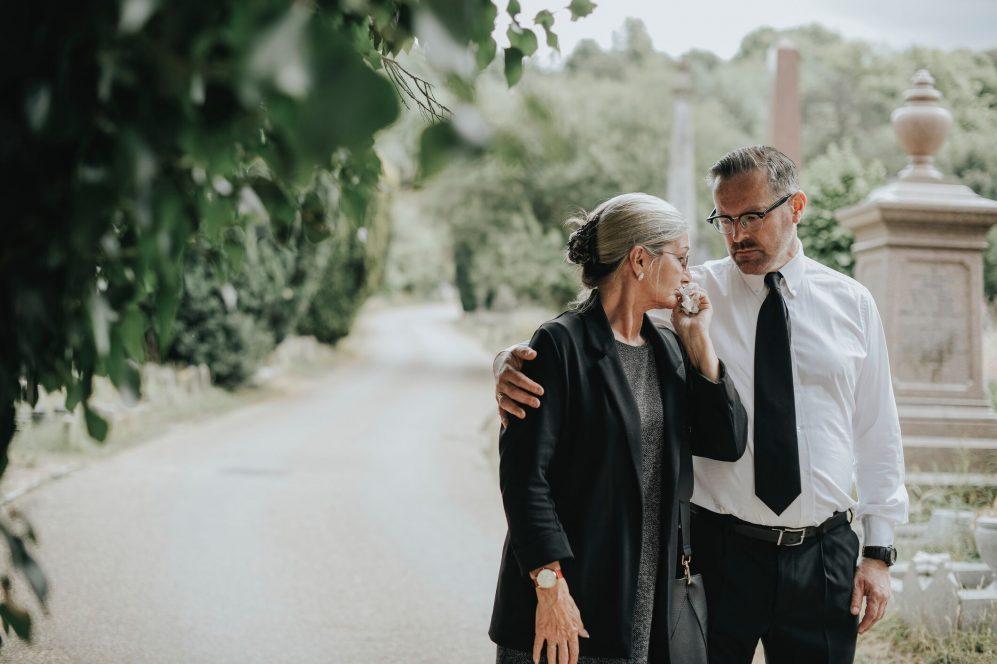 couple embrassant au cimetière