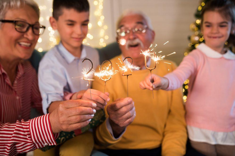 """seniors et petits-enfants avec des cierges magiques """"2020"""""""
