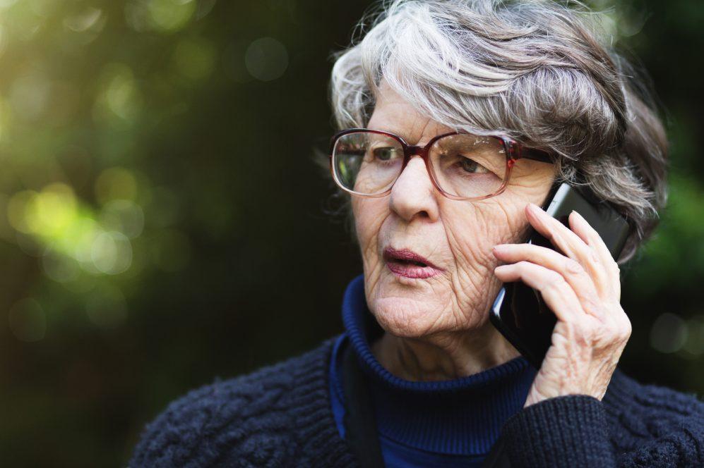 femme âgée parlant au téléphone