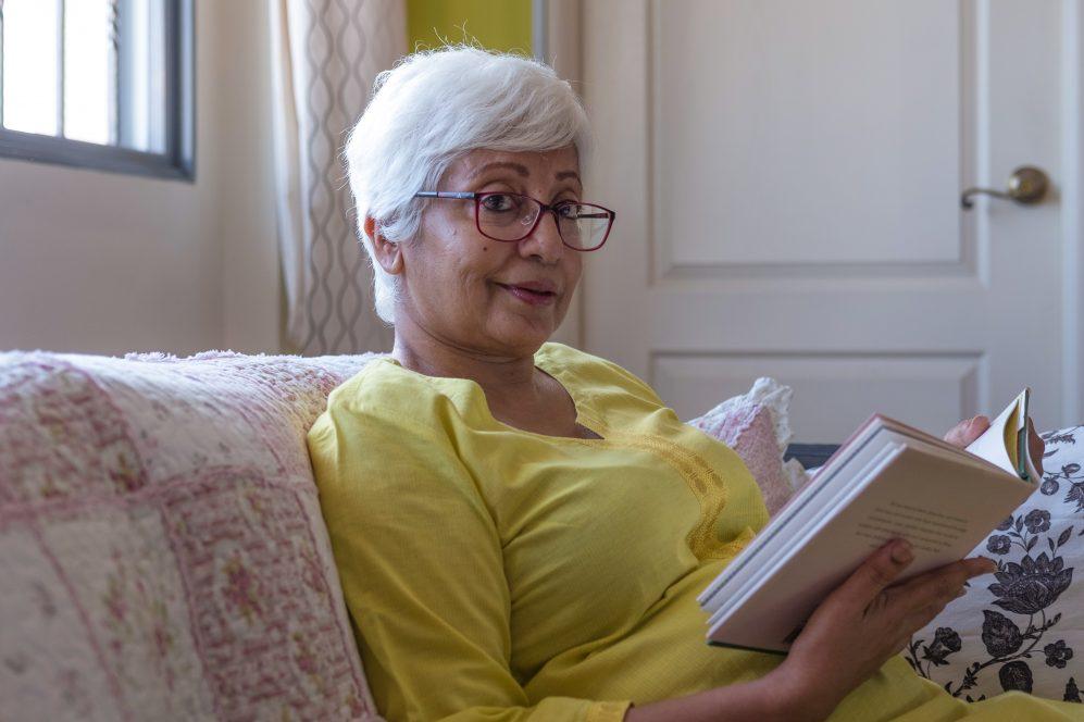 livre de lecture femme senior à la maison