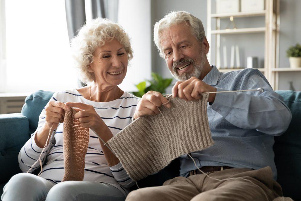 couples aînés, tricoter, sur, divan