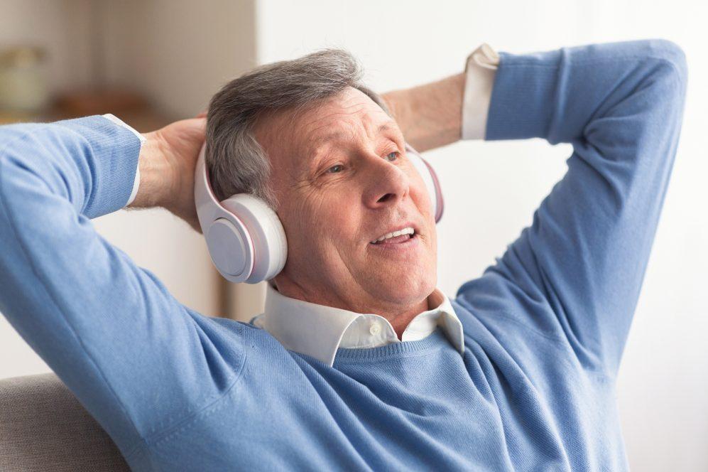 homme aîné, écoute, écouteurs