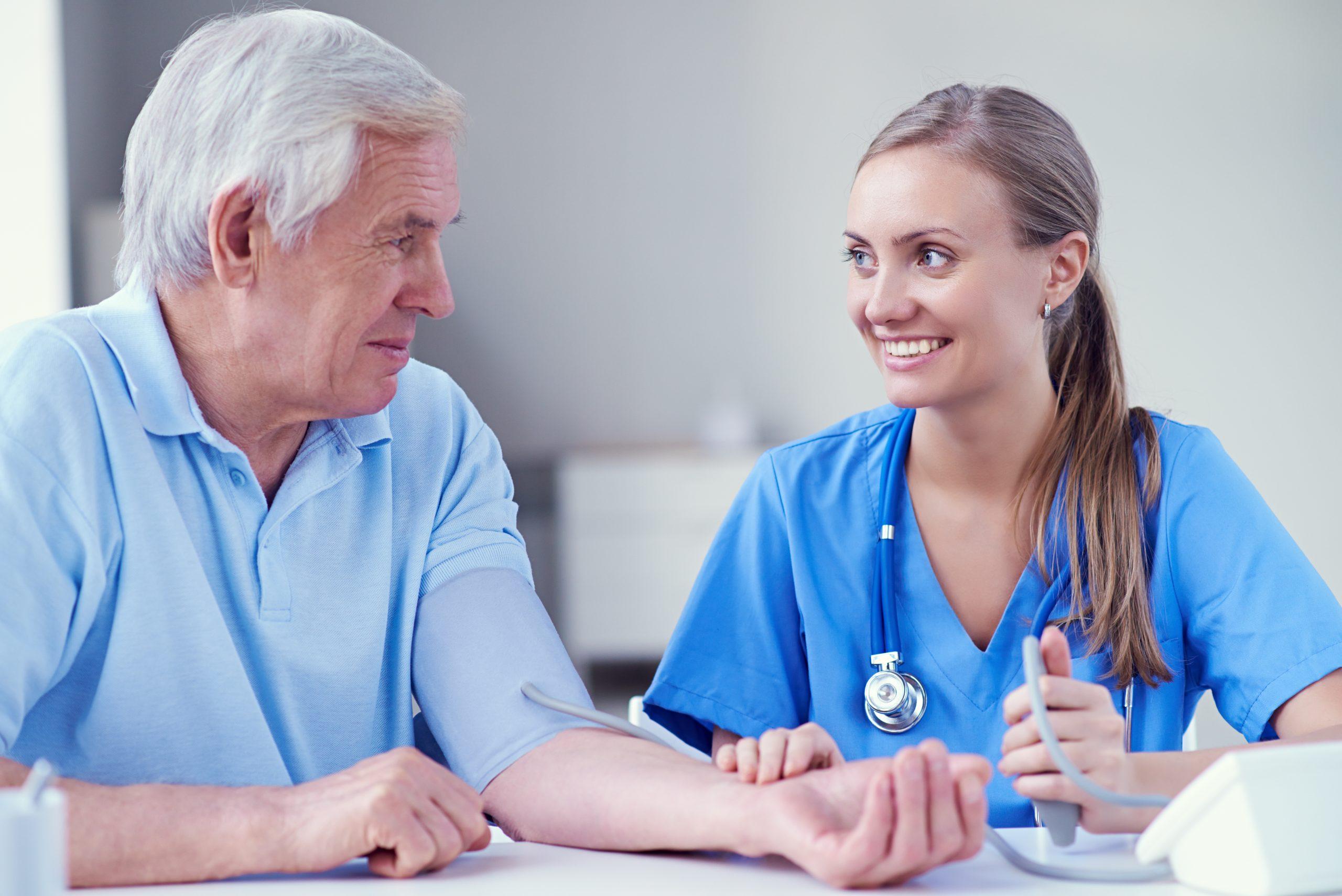 infirmière vérifiant la pression artérielle du patient senior