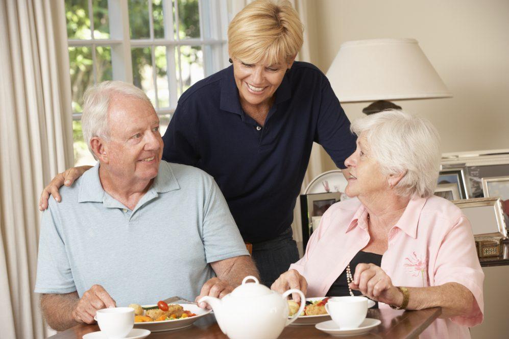 couple de personnes âgées prenant un repas ensemble