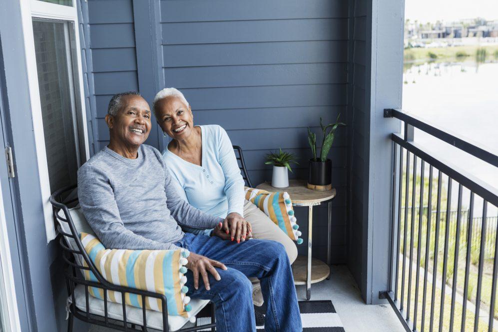 couples aînés, sourire, séance, sur, porche