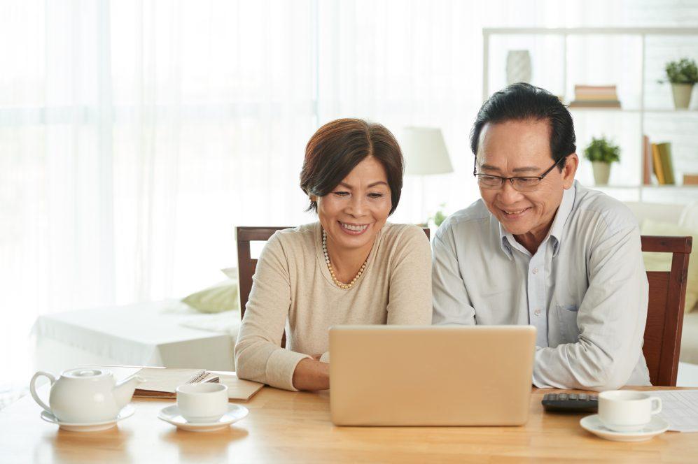 couples aînés, sourire, à, ordinateur portable