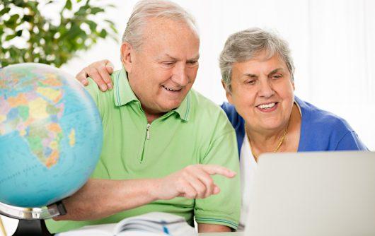 Couple de personnes âgées planifiant une destination de voyage