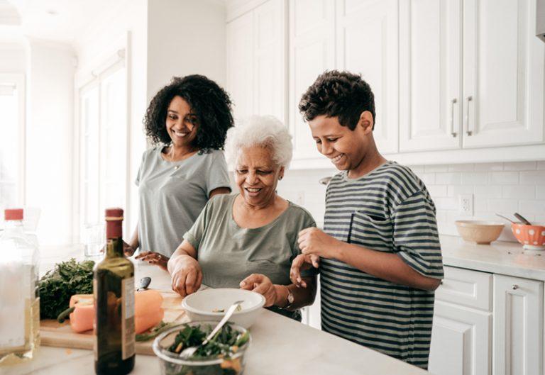 Grand-mère avec enfants dans la cuisine